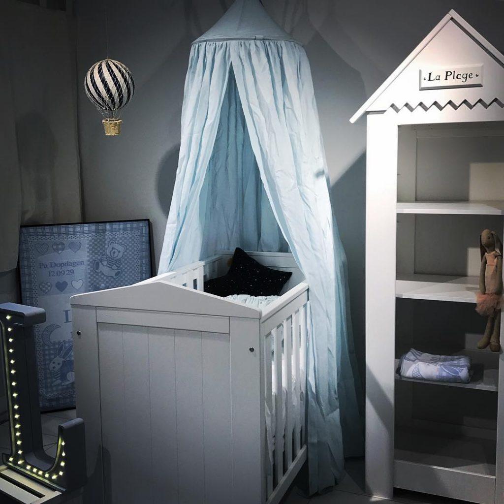 Spjälsäng med sänghimmel och barnmöbler - Pinio